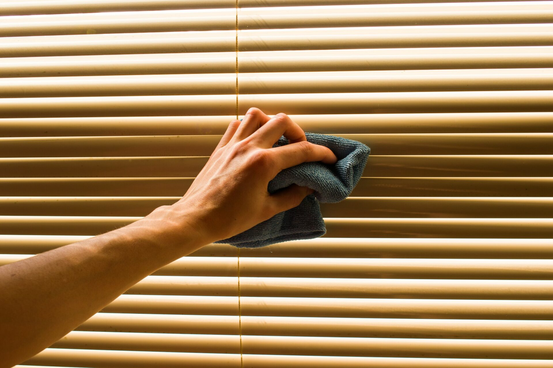 Clean window blind